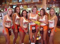 hooters-waitresses-1
